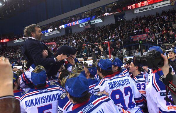 Хоккеисты СКА качают главного тренера Олега Знарка