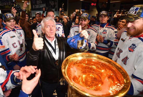 Председатель совета директоров КХЛ, президент СКА Геннадий Тимченко (в центре) и хоккеисты СКА празднуют победу в раздевалке