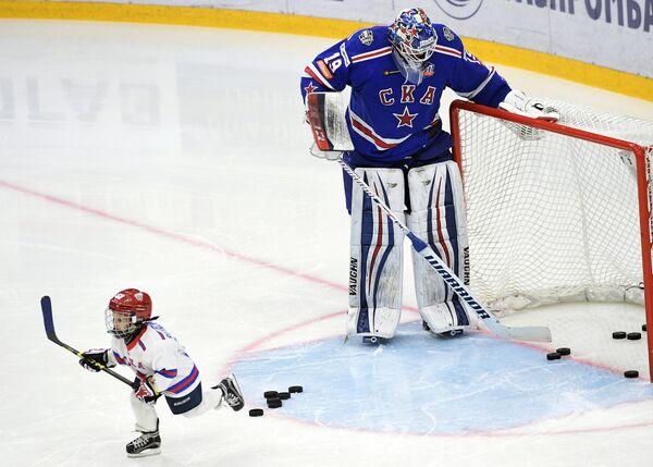 Вратарь СКА Микко Коскинен (справа) и сын форварда СКА Ильи Ковальчука Артем