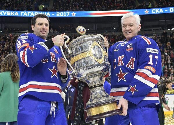 Вице-президент хоккейного клуба СКА Роман Ротенберг (слева) и президент ХК СКА Геннадий Тимченко с Кубком Гагарина