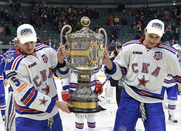 Хоккеисты СКА с Кубком Гагарина