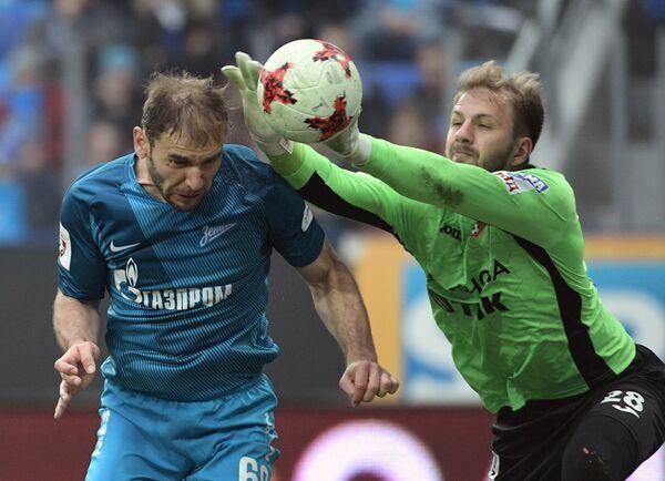 Защитник Зенита Бранислав Иванович (слева) и вратарь Урала Николай Заболотный