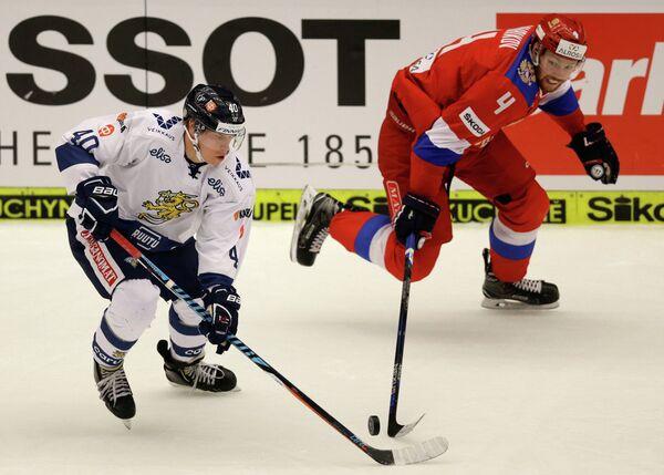 Защитник сборной России Владислав Гавриков (справа) и форвард сборной Финляндии Томи Саллинен