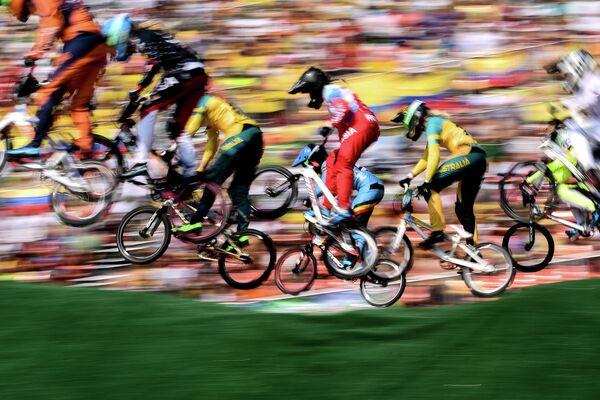 Спортсменки в велосипедном мотокроссе (BMХ)
