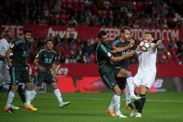 Игровой момент матча чемпионата Испании по футболу между Севильей и Реалом Сосьедадом