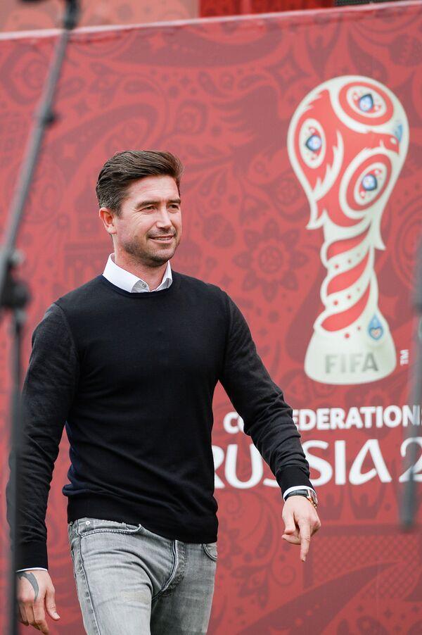 Бывший футболист сборной Австралии Харри Кьюэлл (справа) во время открытия парка Кубка конфедераций-2017 в Сочи