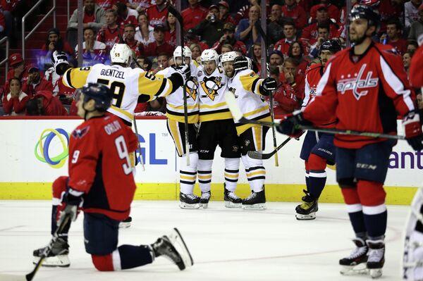 Хоккеисты Питтсбурга радуются заброшенной шайбе