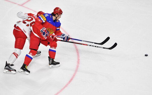 Нападающий сборной Дании Мортен Мадсен (слева) и форвард сборной России Сергей Плотников