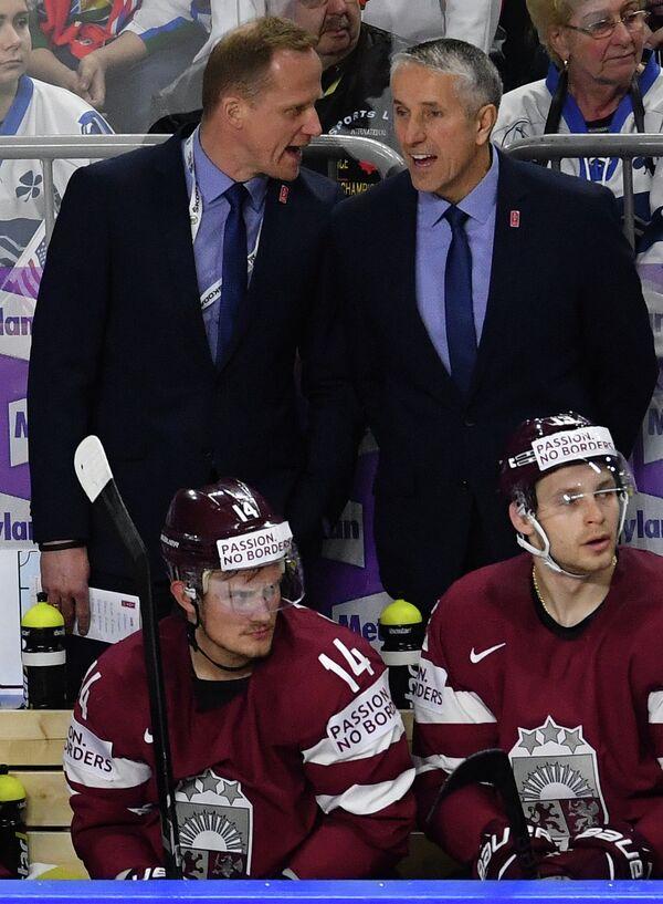 Главный тренер сборной Латвии Боб Хартли (справа на втором плане)