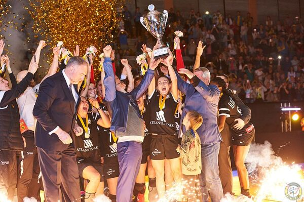 Гандболистки клуба Ростов-Дон после победы в Кубке EHF