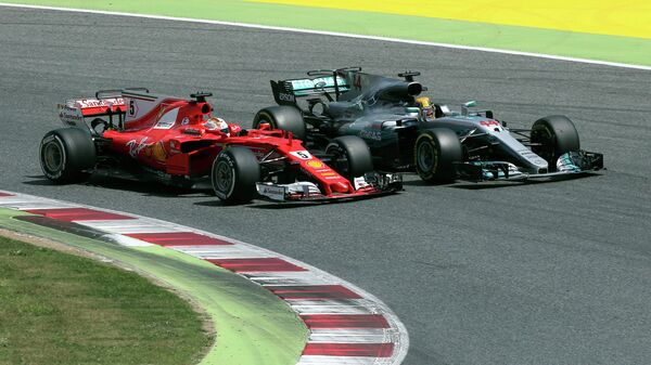 Пилот команды Формулы-1 Феррари Себастьян Феттель и Мерседеса Льюис Хэмилтон (слева направо)