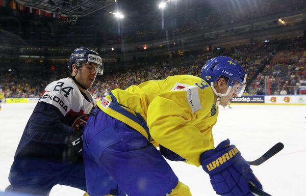 Игровой момент матча группового этапа чемпионата мира по хоккею-2017 между сборными Швеции и Словакии