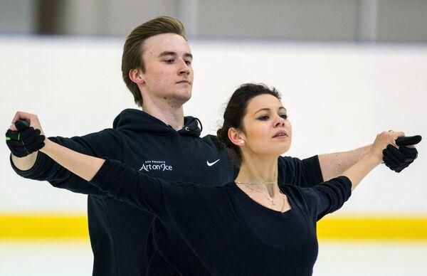 Российские фигуристы Елена Ильиных и Руслан Жиганшин во время тренировки в апреле 2014 года