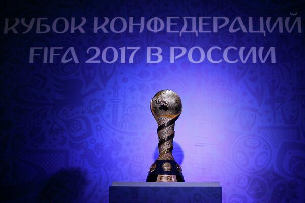 Главный трофей Кубка конфедераций на церемонии открытия Парка Кубка Конфедераций-2017 в Санкт-Петербурге