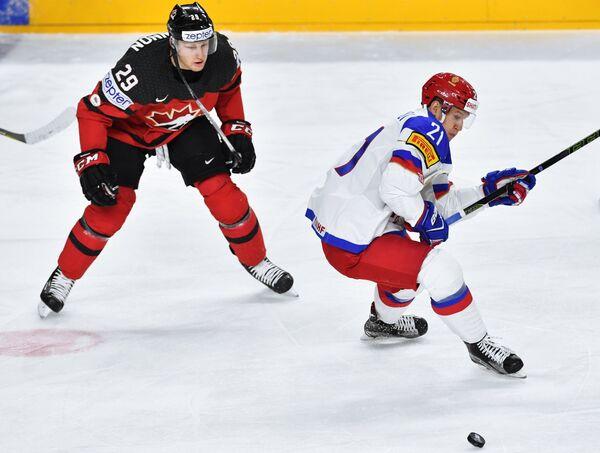 Форвард сборной Канады Натан Маккиннон (слева) и нападающий сборной России Александр Барабанов