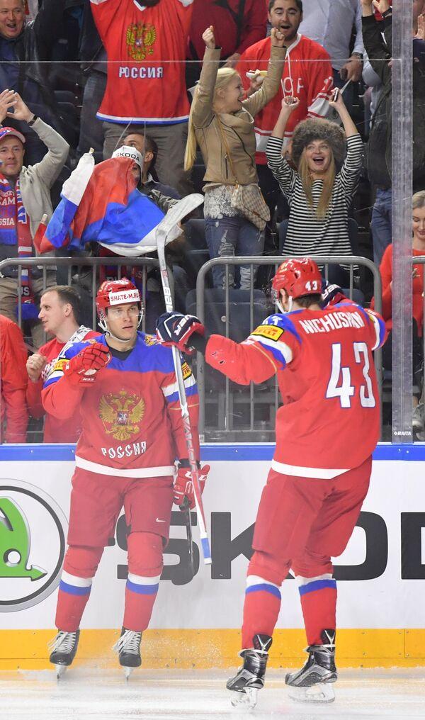 Хоккеисты сборной России Владимир Ткачев (слева) и Валерий Ничушкин