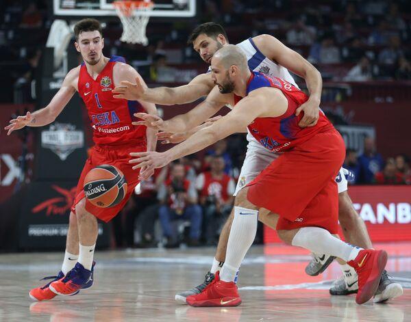 Баскетболисты ЦСКА Нандо де Коло и Джеймс Огастин и центровой Реала Фелипе Рейес (слева направо)