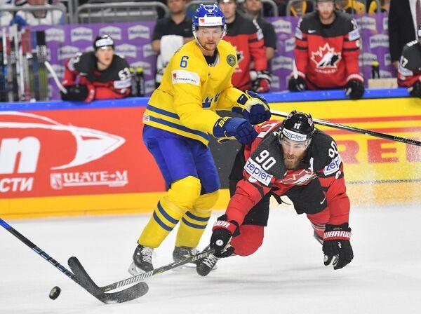 Защитник сборной Швеции Антон Строльман и форвард сборной Канады Райан О'Райлли (справа)