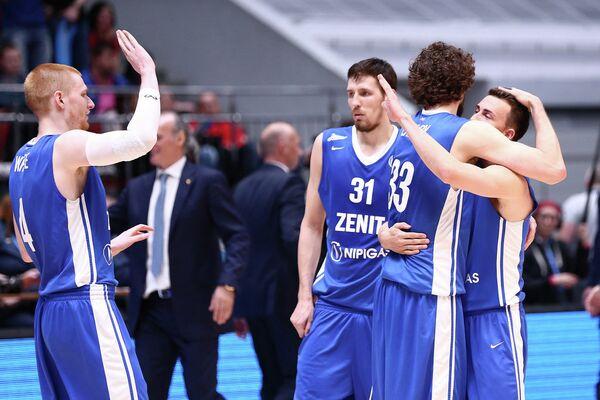 Баскетболисты Зенита радуются победе над Химками