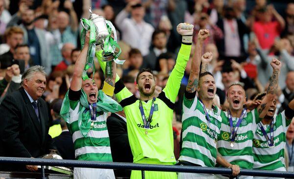 Футболисты Селтика с Кубком Шотландии по футболу