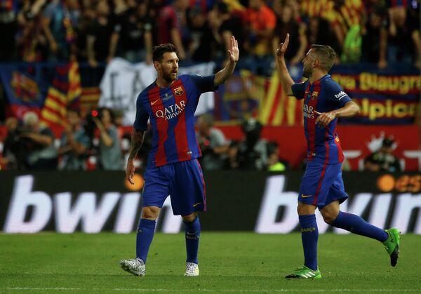 Нападающий испанской Барселоны Лионель Месси и защитник Жорди Альба (слева направо)