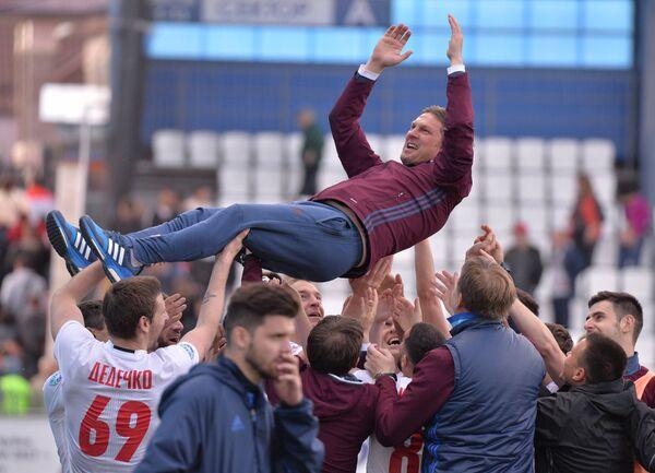 Футболисты СКА-Хабаровска качают тренера команды Алексея Поддубского