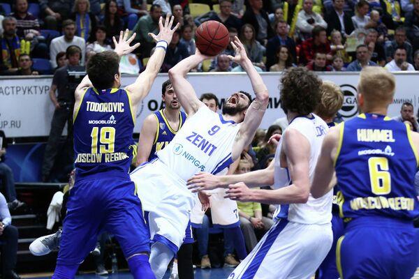 Защитник Зенита Стефан Маркович (в центре) в матче против Химок