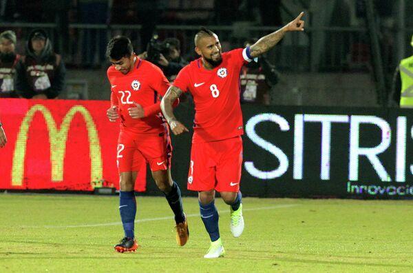 Футболисты сборной Чили Артуро Видаль (справа) и Эдсон Пуч