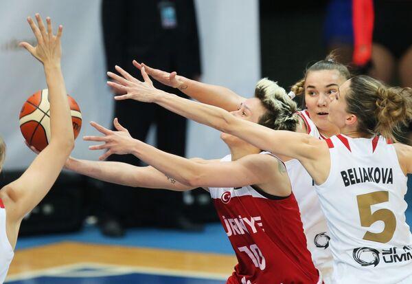 Защитник сборной Турции Ишил Албен и баскетболистки сборной России Мария Вадеева и Евгения Белякова (слева направо)