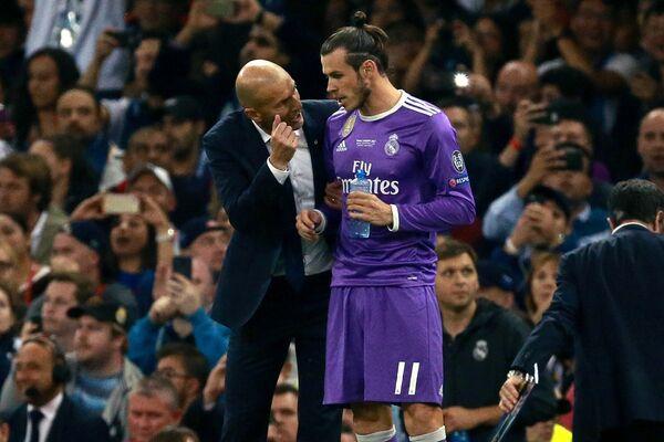 Главный тренер ФК Реал Мадрид Зинедин Зидан и форвард ФК Реал Мадрид Гарет Бэйл (справа)