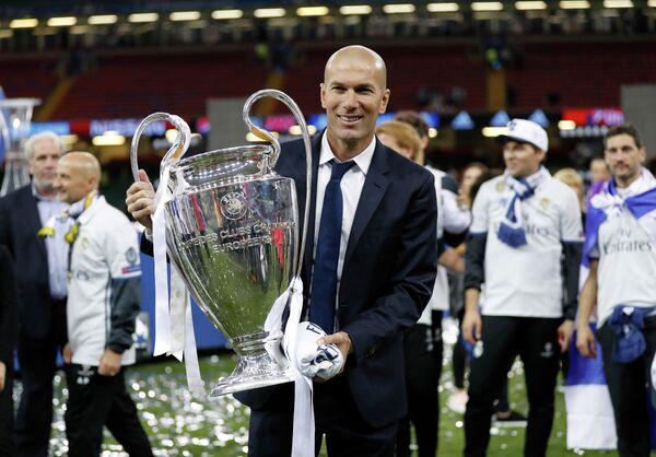 Главный тренер мадридского Реала Зинедин Зидан после победы в Лиге чемпионов-2016/17
