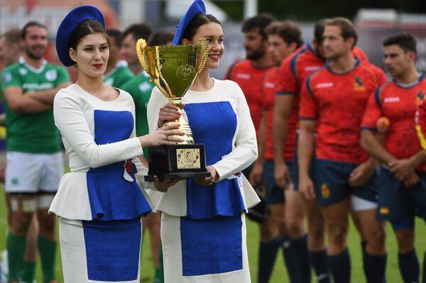 Девушки держат кубок чемпионата Европы по регби-7 на церемонии награждения