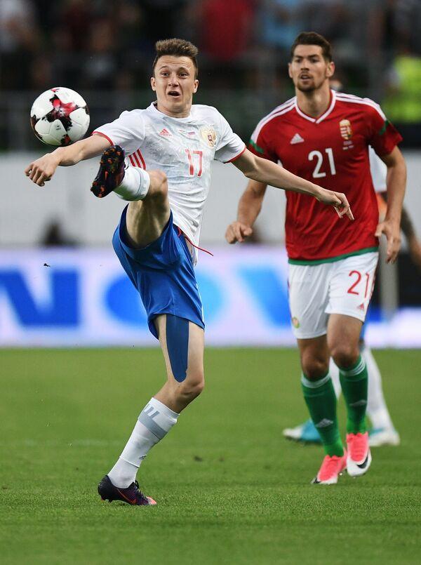 Полузащитник сборной России Александр Головин (слева) и защитник сборной Венгрии Барнабаш Беше