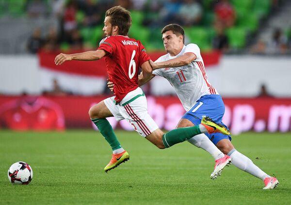 Нападающий сборной Венгрии Давид Маркварт (слева) и полузащитник сборной России Роман Зобнин
