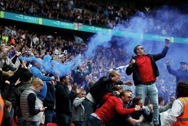 Фанаты английского футбольного клуба Миллуолл