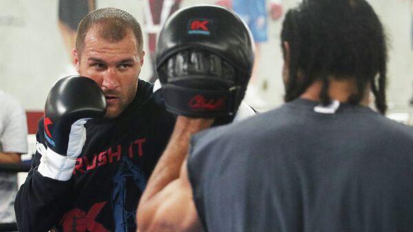 Российский боксер Сергей Ковалев (слева)