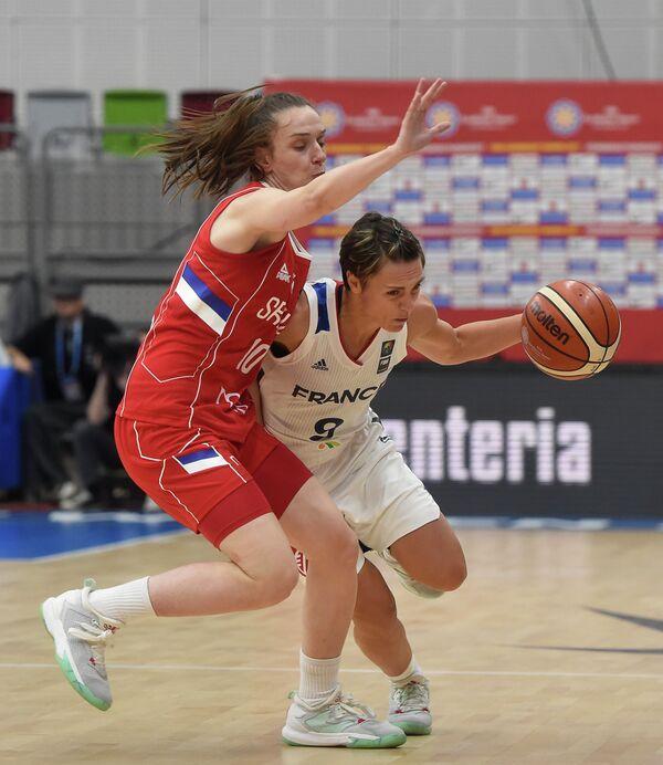 Баскетболистки сборных Сербии Саня Мандич (слева) и Франции Селин Дюмерк