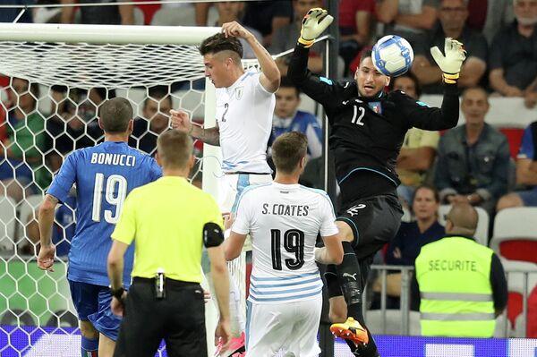 Итальянский вратарь Милана Джанлуиджи Доннарумма (справа)