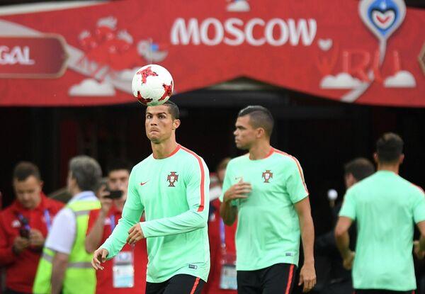 Нападающий сборной Португалии Криштиану Роналду (слева на первом плане)