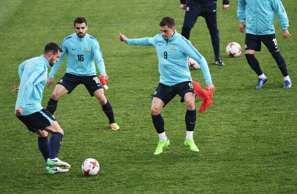 Футболисты сборной Австралии Мэттью Леки, Азиз Бехич и Томи Юрич (слева направо)