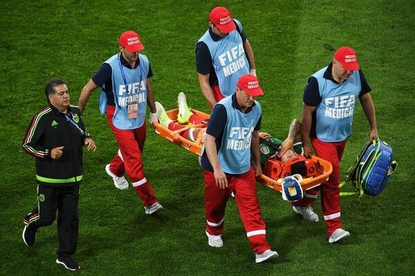 Защитник Карлос Сальседо (Мексика) получил травму