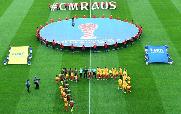 Игроки сборных Австралии и Камеруна по футболу перед началом матча Кубка конфедераций-2017