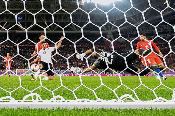 Нападающий Ларс Штиндль (Германия) забивает гол