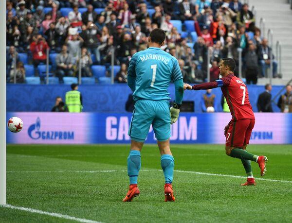 Вратарь сборной Новой Зеландии Стефан Маринович (слева) и форвард сборной Португалии Криштиану Роналду
