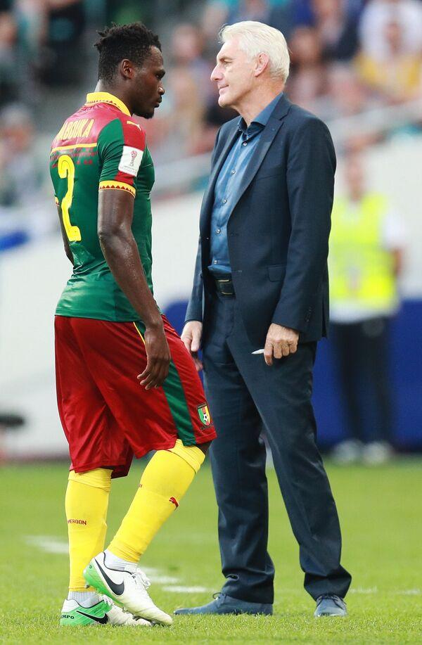 Слева направо: Эрнест Мабука и главный тренер сборной Камеруна Уго Брос