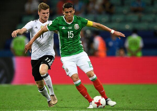 Нападающий сборной Германии Тимо Вернер (слева) и защитник сборной Мексики Эктор Морено