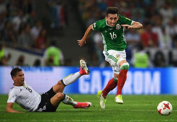 Полузащитники сборной Германии Леон Горецка (слева) и сборной Мексики Эктор Эррера