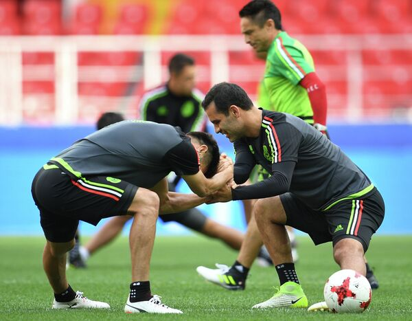 Футболисты сборной Чили Орибе Перальта и Рафаэль Маркес (слева направо)