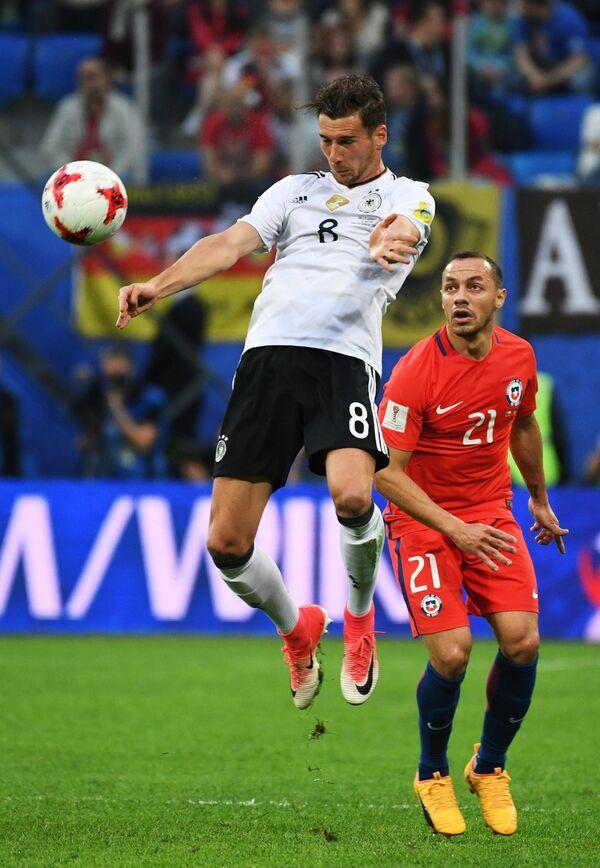 Полузащитник сборной Чили по футболу Марсело Диас (справа)