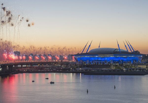 Салют у стадиона Санкт-Петербург Арена после окончания финального матча Кубка конфедераций-2017